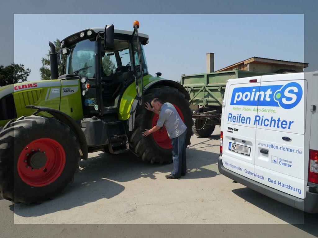 Firma Reifen-Richter bei der Traktor Beratung vor Ort